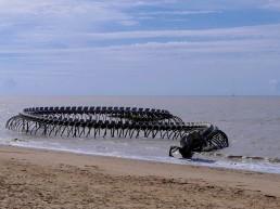 Serpent d'océan by Huang Yong Ping
